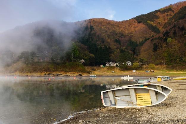 Озеро сёдзи в утреннем тумане весной