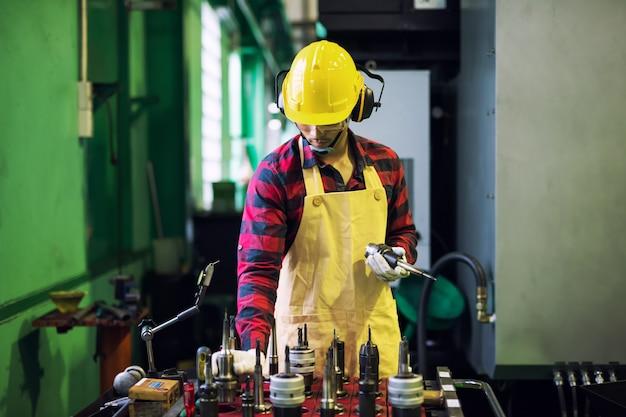 Фабричный рабочий выбрать инструмент для работы