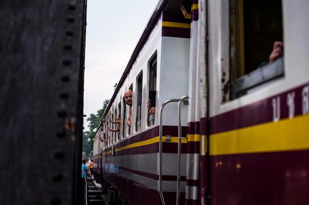 Турист на поезде через мост через реку квай