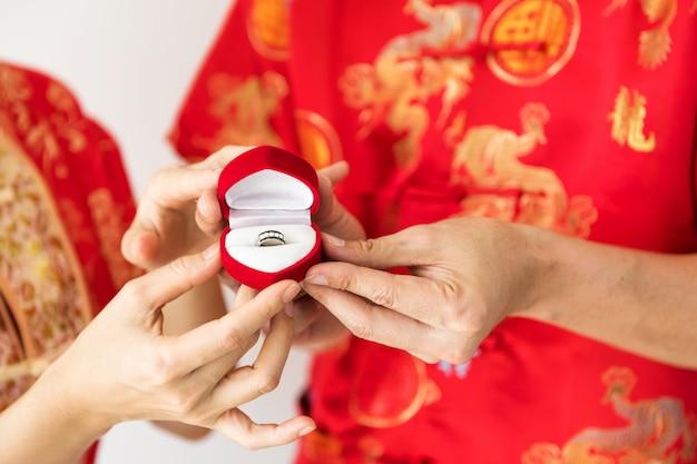 中国の衣装を着た婚約指輪のダイヤモンド