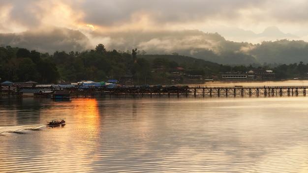 日の出、サンクラブリー月橋に沿って観光船