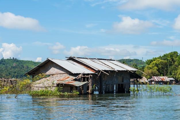 サンチャブリー、カンチャナブリの水上家屋