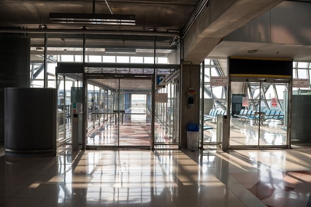 空の空港ゲートターミナル