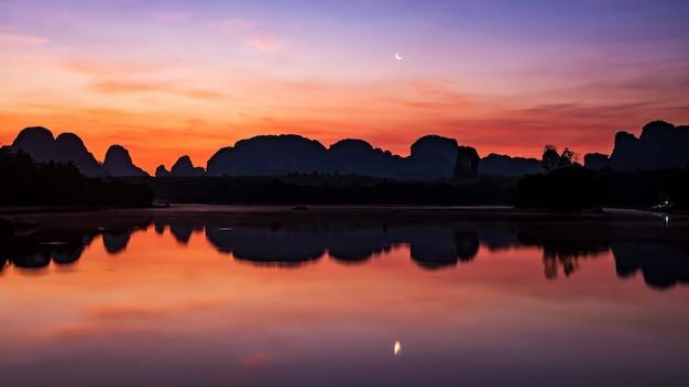 Нонг тале болото на рассвете с луной