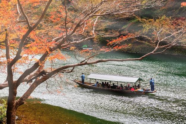 観光船の人々が嵐山を見学する