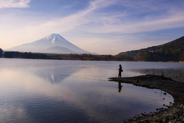 早朝に長崎湖で釣りをする。富士ビューリフレクション、山梨県、日本。