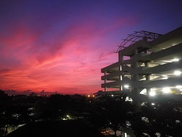 夜明け、バンコク、タイで夕暮れの空と建物と街並みの景色