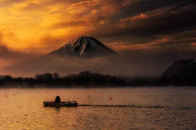 日の出の庄司湖での釣りのための帆船