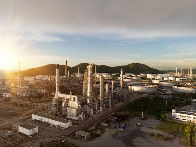 Аэрофотосъемка химического нефтеперерабатывающего завода, электростанции на закате неба для концепции промышленности