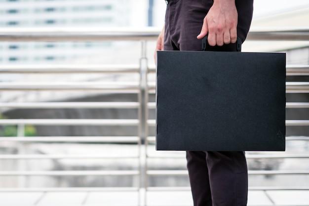 Бизнесмен с портфелем в руке
