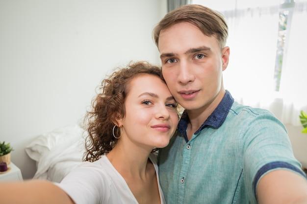 Молодая красивая пара делает селфи