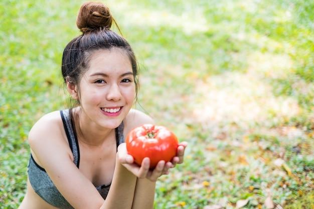 トマトを持つ若い女性の肖像画
