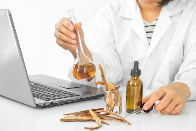 実験室で液体を使っている若い科学者の臨床家