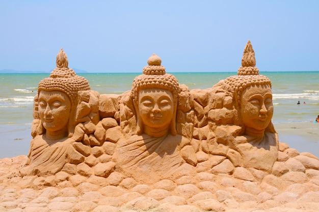 砂塔三尊仏は注意深く建てられ、美しく装飾されたソンクラン祭り