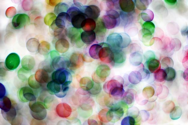 ぼやけた泡、カラフルな背景を持つ抽象のガラス玉