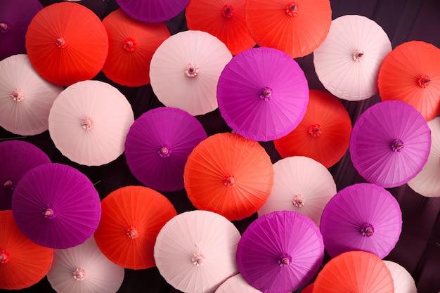 カラフルな手作りの傘が天井に掛かる