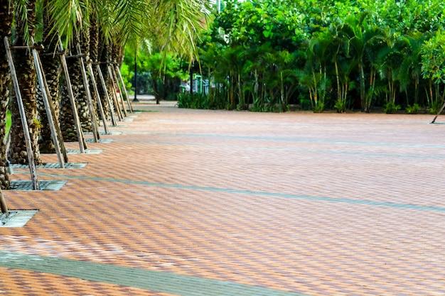 公園の遊び場近く舗装のレンガの壁のパターン