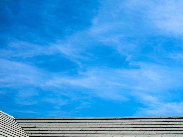 朝の屋根と青い空白い雲