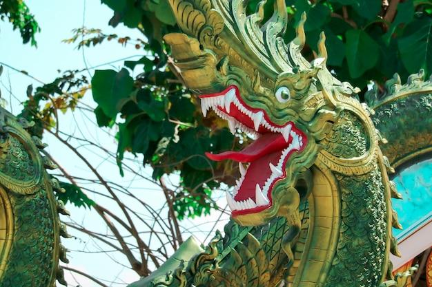教会の階段の屋根に飾られたタイ文化、漆喰、緑のナーガ