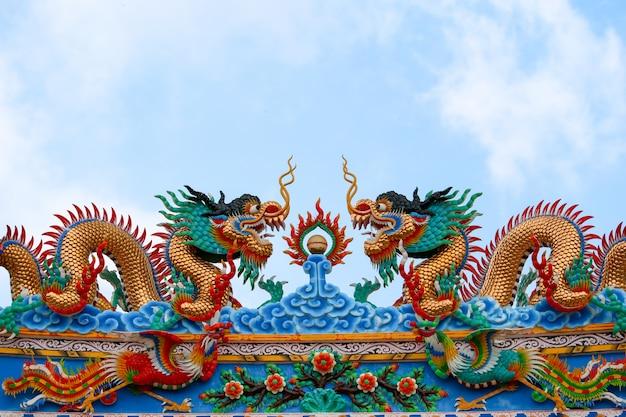 中国の芸術のドラゴンそして白鳥は神社への入口のアーチを飾る