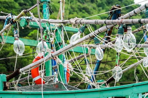 スポットライトは夜に魚を捕まえるために漁船とイカ釣りにぶら下がっていました