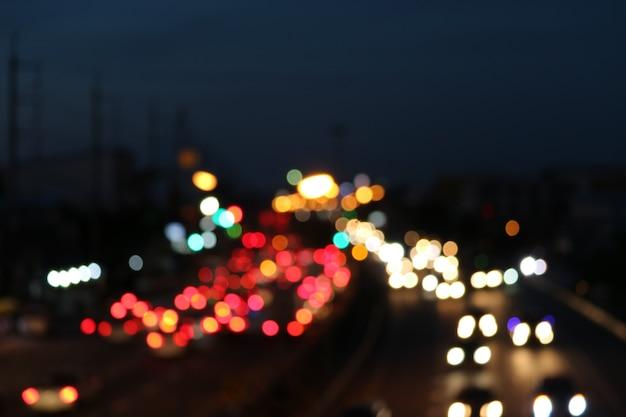 幹線道路上のトラフィックライトの多色スポットをぼかし