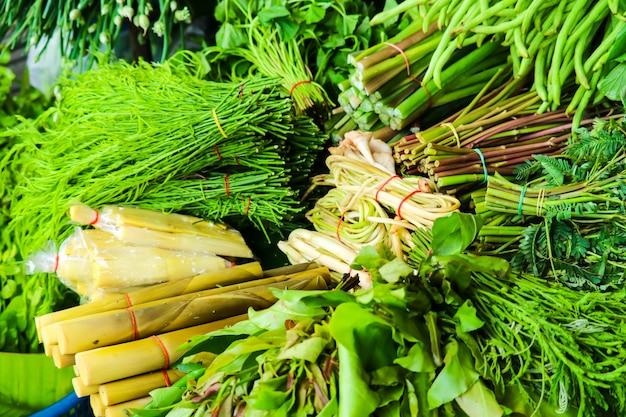 地元の市場の農村の屋台の食べ物に新鮮な野菜