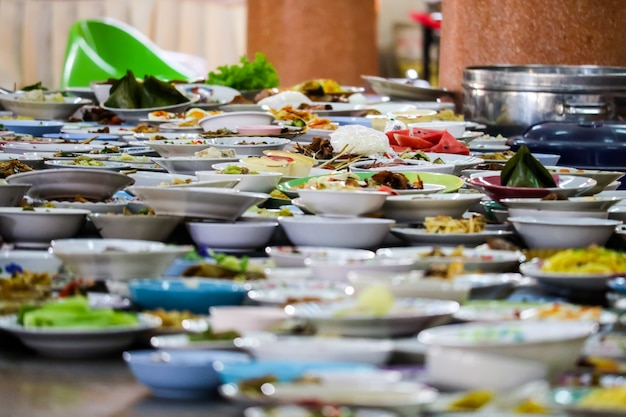 たくさんの食品容器が食べ物のために置かれて