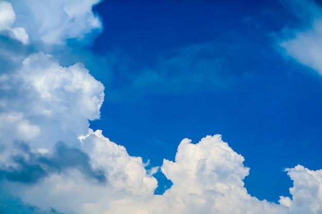 夏の白い巨大な雲は海の上の澄んだ青い空