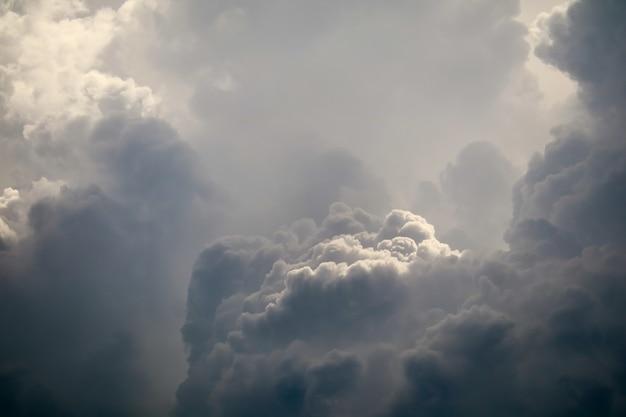 灰色のスカイスケープ暗い雲の中の嵐シルエットヒープ雲太陽光線
