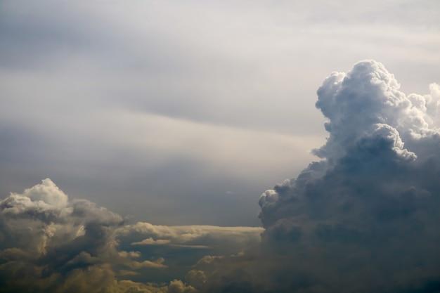 Буря силуэт куча облаков солнечного луча в сером небе темное облако