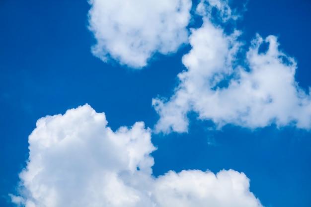 熱帯の青い空の柔らかい雲で白いヒープ雲の日差し