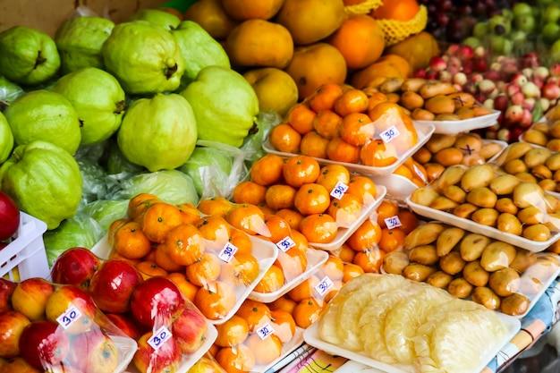 地元の市場の農村の屋台の食べ物に新鮮ないくつかの果物