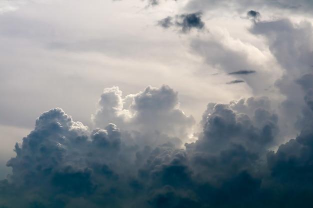 灰色の空暗い雲の中の嵐シルエット雲太陽光線