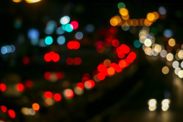 ナショナルデーの街の外の道路で交通渋滞の赤い光