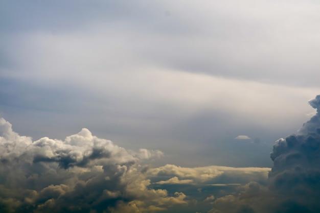 灰色の空の黒い雲の嵐シルエット雲太陽