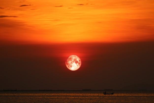 夜の夕焼け空の地平線海に血の月