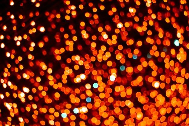 ぼかしとボケのカラフルな光と夜の庭のチューリップの赤い色の概要