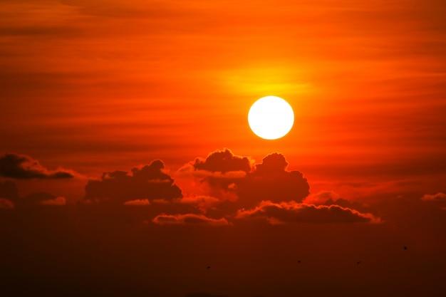 カラフルなヒープ赤オレンジ色の夕焼け雲と空の太陽