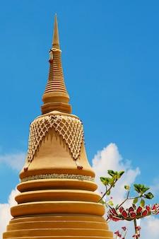 Высокая песочная пагода была тщательно построена и красиво украшена на фестивале сонгкран и голубом небе.