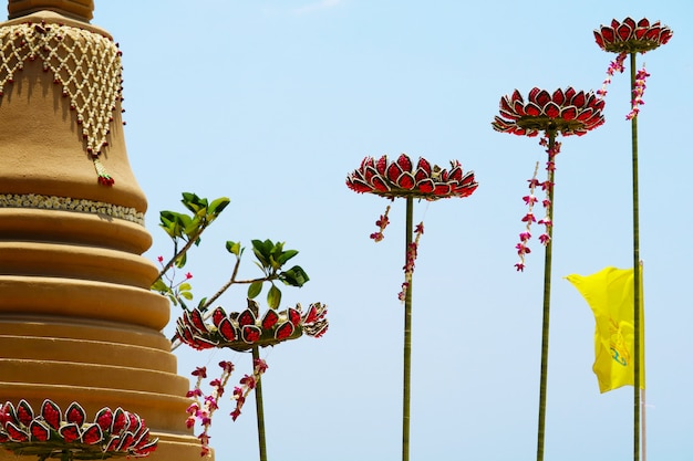 Плавающая песочная пагода с цветами лотоса была тщательно выстроена и красиво украшена на фестивале сонгкран