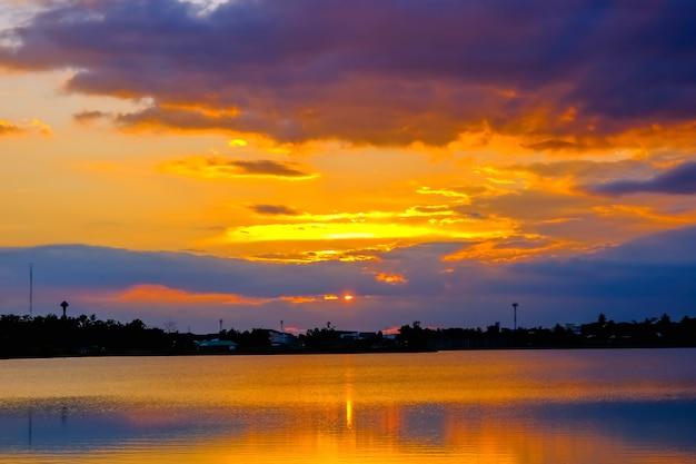 湖の美しい夕日。