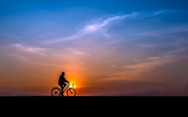 夕日を背景にサイクリスト