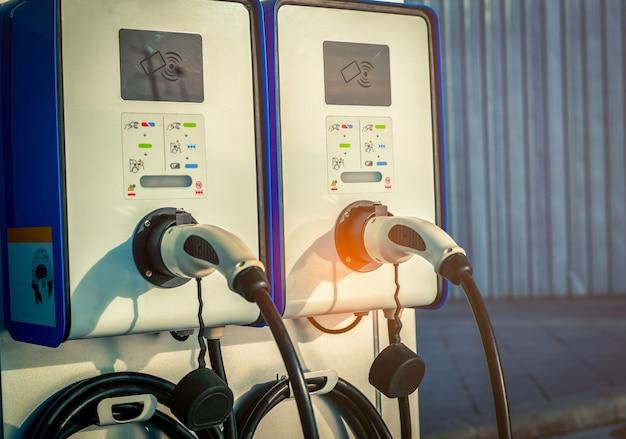 電気モーター付きの車両のプラグ。コイン式充電ステーション。クリーンエネルギー。
