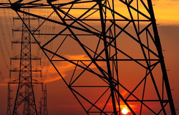 夕方の高電圧電柱と送電線
