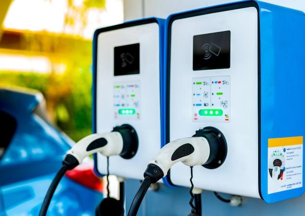 電気自動車の充電ステーション。電気モーター付きの車両のプラグ。