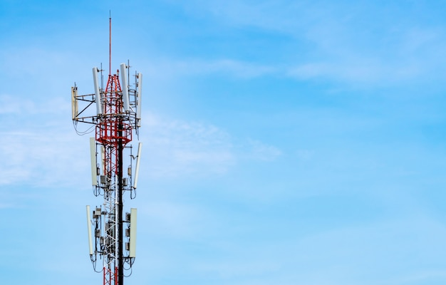 青い空と白い雲の背景を持つ通信塔