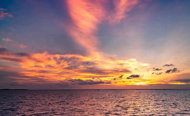 美しい夕焼け。ビーチの夕日。夕暮れの海と空。夕暮れ時の熱帯の海。