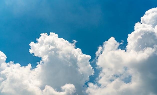 美しい青い空と白い積雲の雲の抽象的な背景