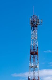 青い空と白い雲と通信塔
